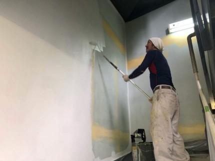 階段壁塗装中